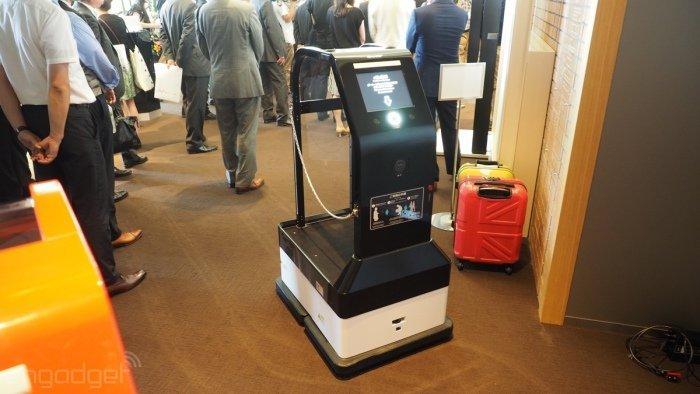به محض اینکه در هتل پذیرش شوید، این ربات وظیفه پیدا می کند تا چمدان هایتان را حمل کند و شما را تا اتاقتان راهنمایی نماید.