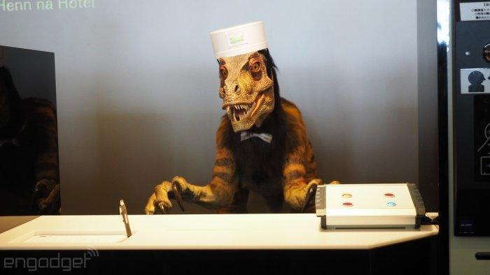 این ربات Jurassic Park Hyatt نام دارد و در بخش پذیرش در کنار خانم Actroid فعالیت می کند. شاید ظاهر دایناسوری این ربات تا حدی ترسناک باشد، اما خب او همیشه برای مسافران لبخند به لب دارد.
