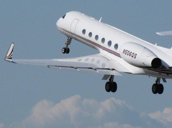 او همچنین یک جت شخصی به نام Gulfstream V دارد که گه گاه با آن به اقصی نقاط دنیا سفر می کند.