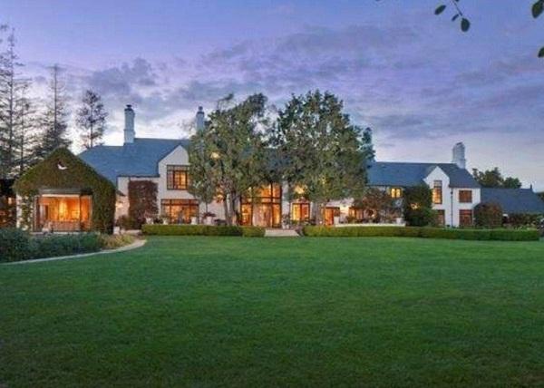 در فوریه سال 2014، میلیاردر گوگل یک خرید بزرگ دیگر را در منطقه جنوب کالیفرنیا انجام داد و این بار حرف از یک عمارت 853 متر مربعی به نام قلعه فرانسوی در میان بود.