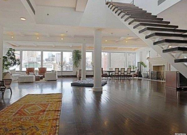 اشمیت دارایی هایی هم در منطقه ایست کوست دارد. او در سال 2013 میلادی یک پنت هاوس 15 میلیون دلاری را در منطقه Flatiron نیویورک خریداری کرد. این خانه دوبلکس 580 متر مربع بنا دارد و میلیون ها دلار صرف مقاوم سازی آن در برابر صدا شده است.