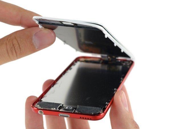 پس از جدا شدن صفحه نمایش یک گام دیگر به مشاهده ی درون آیپاد تاچ نسل ششم نزدیک تر می شویم.