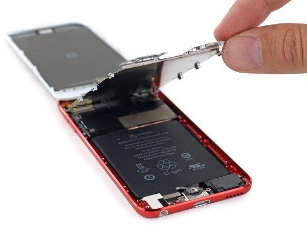 با کنار رفتن لایه ی محافظ می توان دید ساختار اصلی آیپاد تاچ ۲۰۱۲ یا همان نسل پنجم هنوز پابرجاست.