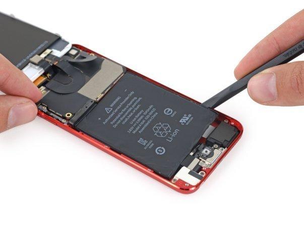 سعی می کنیم باتری را به شیوه ی قدیمی که بلد بوده ایم از جای خود خارج نماییم، اما ظاهرا اپل به همان راهکاری که در مورد آیفون ۵ اس متوسل شده بود روی آورده و آنرا با قدری چسب در جایش ایمن کرده است.