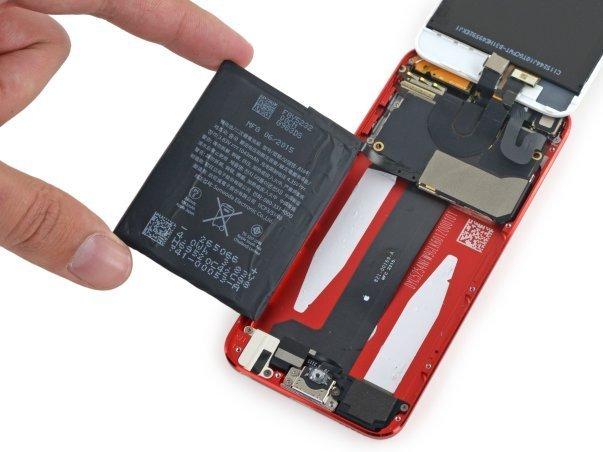 باتری موجود در آیپاد تاچ نسل ششم ۳.۸۳ ولتی و ۱۰۴۳ میلی آمپر ساعتیست. یادآور می شویم که نسل پیشین باتری ۳.۷ ولتی با ظرفیت ۱۰۳۰ میلی آمپر ساعت داشت. اپل می گوید آیپاد تاچ کنونی اش امکان گوش دادن به بیش از ۴۰ ساعت موسیقی و یا ۸ ساعت تماشای مداوم ویدئو را فراهم می آورد.