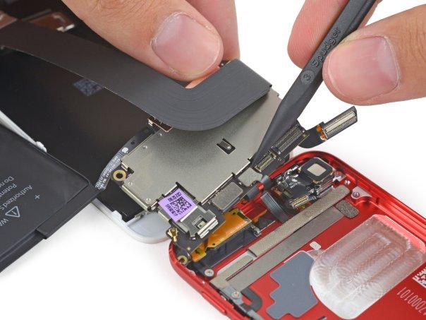 این کابل را نیز لازم است با دقت جدا کنیم تا قطعات و برد به صورت کامل از قاب پشتی بیرون بیایند. حالا تقریباً درون آیپاد را خالی کرده ایم.