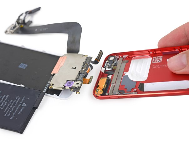 آنچه در درون قاب پشتی باقی مانده عبارت است از: اجزای مرتبط به آنتن، چسب های نگه دارنده ی باتری، دکمه های صدا و پاور، فلش، ماژول دوربین و کابل میکروفون.
