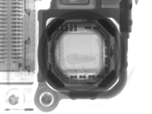ابعاد دو ماژول تقریباً با یکدیگر برابری می کند و شواهد هم نشان می دهند کیفیت یکسانی داشته باشند ولی بررسی بیشتر مشخص می نماید که دوربین آیپاد تاچ فاقد محافظ لنز یاقوت کبود و لرزشگیر خودکار است. ضمناً گشودگی دهانه ی لنز نیز ازƒ/2.2 به ƒ/2.4 ارتقا یافته. بد نیست یادآور شویم بهتر است این تصویر تهیه شده توسط اشعه ی ایکس را به خاطر بسپارید زیرا اگر شایعات حقیقت داشته باشند سنسوری که در اینجا می بینیم به احتمال زیاد در نسل بعدی آیفون نیز به کار بسته خواهد شد.