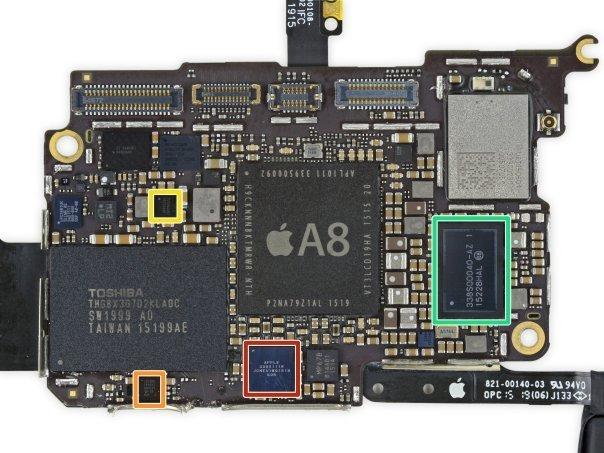 کادر قرمز: چیپ صوتیCirrus محصول اپل - کادر نارنجی: چیپ کنترل رابط کاربری صفحه نمایش تولید شده توسطNXP Semiconductors - کادر زرد: چیپ مدیریت انرژی ساخته شده بوسیلهTexas Instruments - کادر سبز: یک چیپ مدیریت انرژی دیگر که بوسیله ی اپل ساخته شده (این چیپ ظاهراً در آیفون ۶ نیز حضور داشته است)