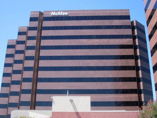 McAfee موفق شد؛ در مدتی کوتاه و در سال های پایانی دهه ۸۰ میلادی، کمپانی او به شکل سالانه درآمدی ۵ میلیون دلاری داشت و برخی از بزرگ ترین گروه ها و کمپانی های تجاری جهان جهت محافظ از کامپیوترها و سرورهای خود، از نرم افزار آنتی ویروس مک آفی استفاده می کردند.