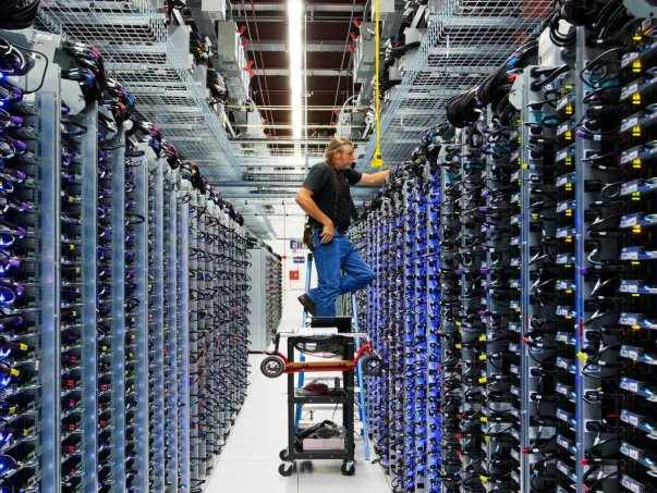در این تصویر راجر هریس مشغول کار روی زیرساخت های سروری است. او می گوید شغل اوست که به گوگل امکان کار کردن می دهد.