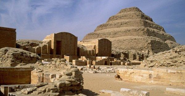 هرم ساخته شده برای پادشاه جوزر که توسط انبوهی از گذرگاه ها و معابد احاطه شده، جزو نخستین نمونه های ساخته شده از سنگ آهک است.