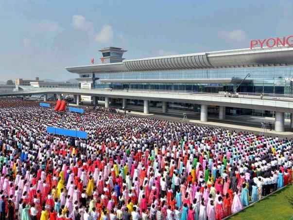 مراسم گشایش ترمینال 2 با حضور شرکت کنندگانی که لباس سنتی کره شمالی را بر تن دارند.