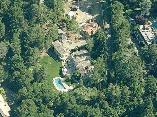 این عمارت بیش از 445 متر مربع مساحت دارد و یک استخر شنای بزرگ را نیز در خود جای داده است.