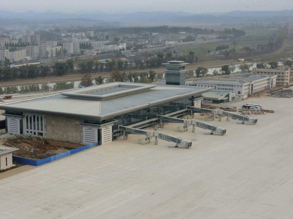 این فرودگاه دست کم سه پل اتصال به جت دارد و فضای سنگ فرش آن نیز می تواند دست کم 10 هواپیمای پارک شده را در خود جای دهد.