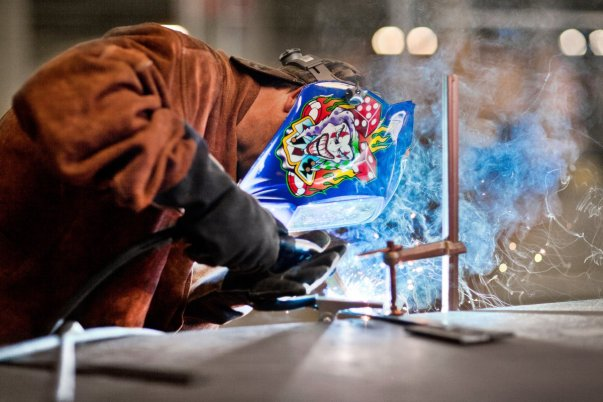 در این تصویر جف هجر مدیر تاسیسات را می بینید که سخت مشغول کار در یک محیط تولیدی در مرکز لینویر گوگل است.