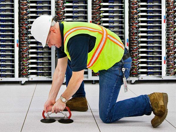 در این تصویر جان راجرز را در مرکز داده ای کالیفرنیا می بینید که مشغول استفاده از دستگاهی به نام «گیرنده کاشی های کف» است که در واقع وضعیت لوله های کار گذاشته شده در سطح زیرین مرکز را بررسی می کند.