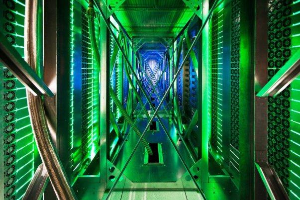 این نمایی است که پشت راهروهای سروری مشاهده خواهید کرد. در این قسمت ها می توانید صدها فن خنک کننده را مشاهده نمایید که کار پایین آوردن حرارت سرورها را بر عهده دارند. نورهای سبز رنگ وضعیت سرور را نشان می دهند.