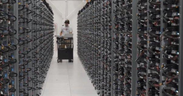 گوگل برای اطمینان از دسترسی سریع کاربران به اطلاعات، هر داده را دست کم روی دو سرور ذخیره سازی می کند.