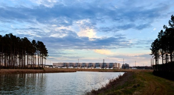 گوگل برای صرفه جویی در مصرف آب این برکه کوچک را برای جمع آوری آب باران در پایگاه داده ای جنوب کالیفرنیا احداث کرده است.