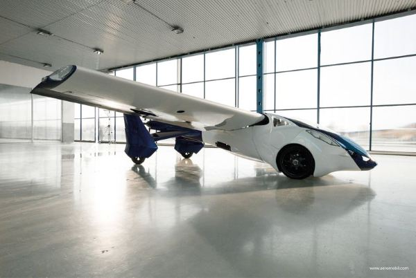 AeroMobil_3_perspective_view_in_hangar_airplane_configuration_facing_right.0.0