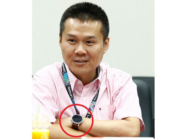 Lenovo-SVP-Chen-Xudong-wearing-the-Moto-360-2