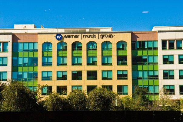 در نوامبر سال گذشته، وارنر موزیک قراردادی را با این شرکت به امضا رساند و 5 درصد سهامش را از آن خود نمود. اما این قراردادها صرفا با این وعده ادامه می یابد که ساند کلاود سرویس پولی خود را راه اندازی نماید.