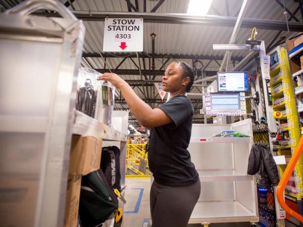 چند سال پیش برخی از کارمندان ادعا کرده بودند که شرایط بسیار سختی در FC ها حکم فرماست. برای مثال کارکنان این بخش صرفا قادر هستند تا آب را به عنوان یک نوشیدنی استفاده کنند و در صورتی که نوشیدنی آنها در بسته ای باشد که نوع آن مشخص نشود، سوپروایزر بخش به راحتی می تواند از آنها در مورد مایعی که می نوشند بپرسد. سخنگوی آمازون در این خصوص عنوان نموده که به دلیل استفاده از تکنولوژی های رباتیک، کارکنان حق استفاده از هیچگونه نوشیدنی به جز آب را ندارند.