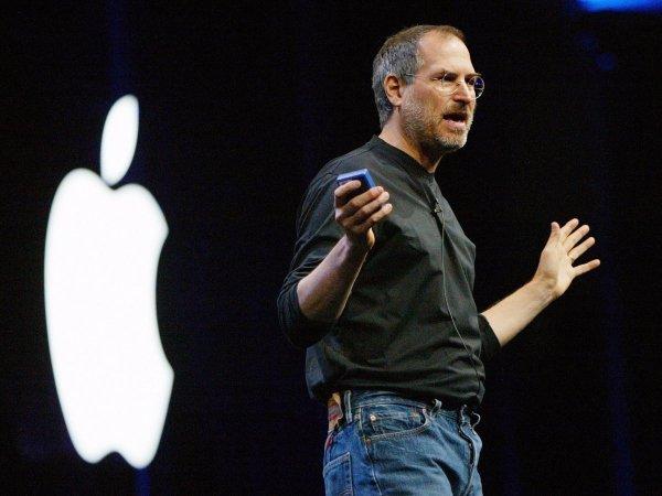اسیتو جابز از اپل پیشتر تلاش نموده بود تا دراپ باکس را تصاحب کند اما مدیر این سرویس،Drew Houston به او گفته بود که هیچ برنامه ای برای فروش آن ندارد. سپس، جابز به او می گوید: «آنچه تو داری، صرفا یک قابلیت است [که در آیفون ظهور خواهد کرد] نه یک کمپانی.»