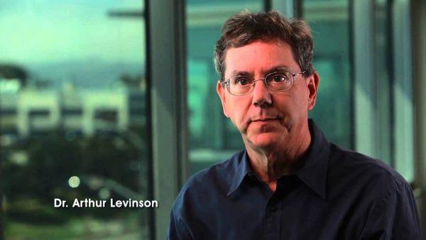 در این تصویر آرتور لوینسون را مشاهده می کنید که قرار است به عنوان مدیر عامل کالیکو یا همان پروژه گوگل برایافزایش طول عمر انسان به ایفای نقش بپردازد. لوینسون بین سال های 1995 تا 2009 میلادی در شرکت Genetech کار کرد که در زمینه تکنولوژی های زیستی فعال بود و توانست در این مدت پله های ترقی را یکی پس از دیگری بپیماید و از سال 1999 تا 2014 نیز همزمان سمت ریاست هیئت مدیره این شرکت را بر عهده داشت.