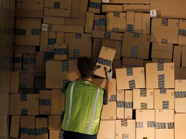 همانگونه که می توانید تصور کنید، کار کردن در آمازون می تواند بسیار خسته کننده باشد. کارکنان باید بسته هایی تا ۲۲ کیلوگرم را بلند کرده و جا به جا کنند و مشخصا ۱۰ الی ۱۲ ساعت در روز نیز به شکل ایستاده به کار مشغول گردند.
