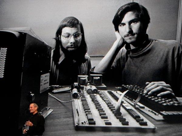 وزنیاک و جابز در آوریل سال 1976 میلادی اپل کامپیوتر را رسما معرفی کردند.