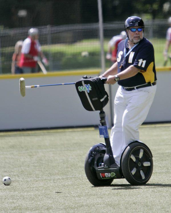 در این تصویر وزنیاک را در حال بازی در رقابت های جهانی سال 2009 ورزش Segway مشاهده میکند که به افتخار وی جام قهرمانی وزنیاک لقب گرفت.