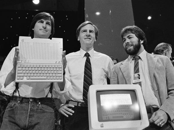 در سال 1977 میلادی، وزنیاک Apple II را معرفی کرد که در ادامه به یکی از موفق ترین کامپیوترهای شخصی دوران خود بدل گردید و به صورت انبوه تولید شد. در این تصویر از سمت چپ به ترتیب جابز، جان اِسکولی مدیر عامل اپل و وزنیاک را می بینید که در حال رونمایی از Apple IIc هستند. این محصول که در سال 1984 میلادی معرفی شد نخستین تلاش اپل برای ارائه یک کامپیوتر پرتابل بود.