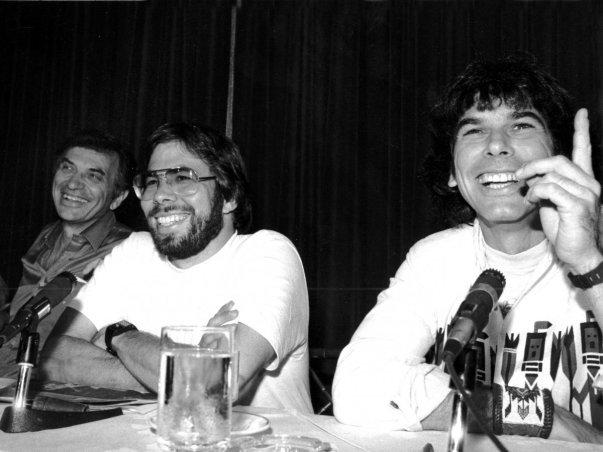 وی در سال های 1982 و 1983 یکی از حامیان مالی فستیوال آمریکا بود که در واقع می شد آن را ترکیبی از یک جشنواره موسیقی و کنفرانسی با محوریت کامپیوتر خواند.