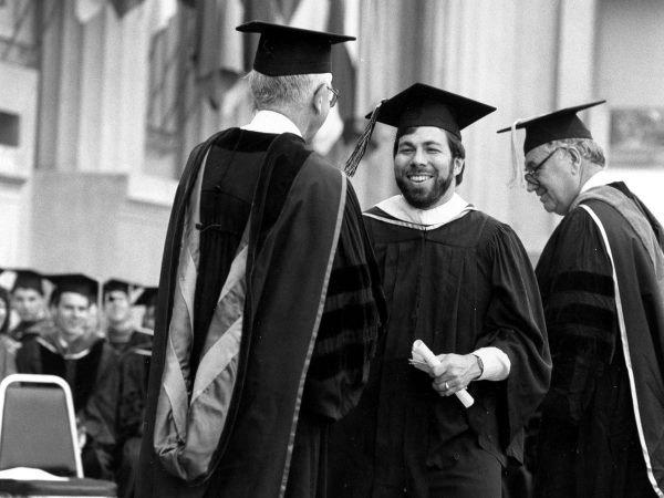 در سال 1986 وزنیاک مدرک خود را در رشته مهندسی الکترونیک از دانشگاه کالیفرنیا واقع در برکلی دریافت کرد. وی برای پنهان کردن هویتش تصمیم گرفت که با نام Rocky Raccon Clark از دانشگاه فارغ التحصیل شود.