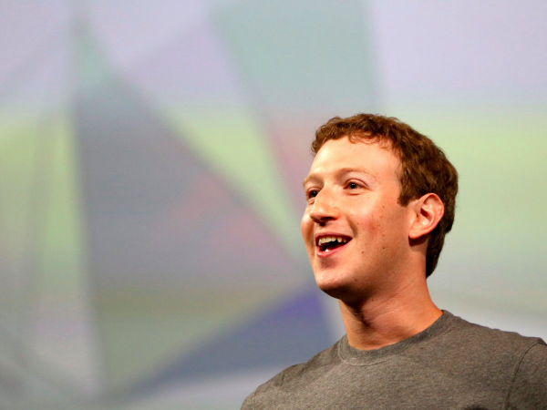 در سال ۲۰۱۲، فیسبوک تلاش کرد تا اسنپ چت را با پرداخت ۳ میلیارد دلار از آن خود کند. مارک زاکربرگ البته کوشیده تا Evan Spiegel، مدیر این شبکه اجتماعی را به شکلی غیر اخلاقی ترغیب به فروش این سرویس کند. در آن زمان وی به Spiegel می گوید که فیسبوک می خواهد یک سرویس کاملا مشابه با اسنپ چت به نام Poke را ارائه دهد و همین امر به مرور زمان موجب کنار گذاشته شدن اپلیکیشن و سرویس یاد شده از سوی کاربران خواهد شد. Poke را البته می توان در زمره شکست های آقای زاکربرگ جای داد.