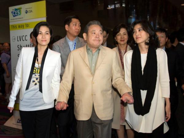 در ماه ژانویه، رویترز گزارش داد که سامسونگ به بلکبری پیشنهادی برابر با ۷.۵ میلیارد دلار داده و قصد تصاحب آن را دارد. هر دو کمپانی به سرعت این موضوع را رد کردند. (تصویر: آقای Lee Kun-hee، مدیرکل و صاحب امتیاز برند سامسونگ به همراه دو دخترش در نمایشگاه CES سال ۲۰۱۲)