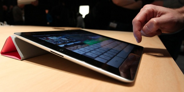 ipad_2_smart_cover_at_unveiling_crop