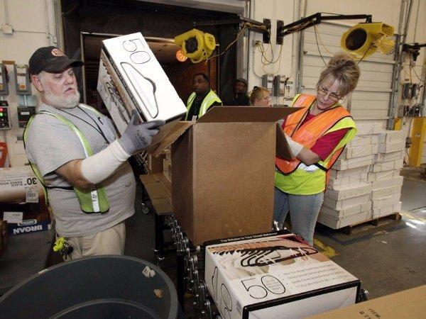 برخی از کارکنان گلایه می کنند که به علت وسیع بودن اندازه انبارها، بیشتر آنها زمان استراحت خود را در حال رفت و آمد هدر می دهند.