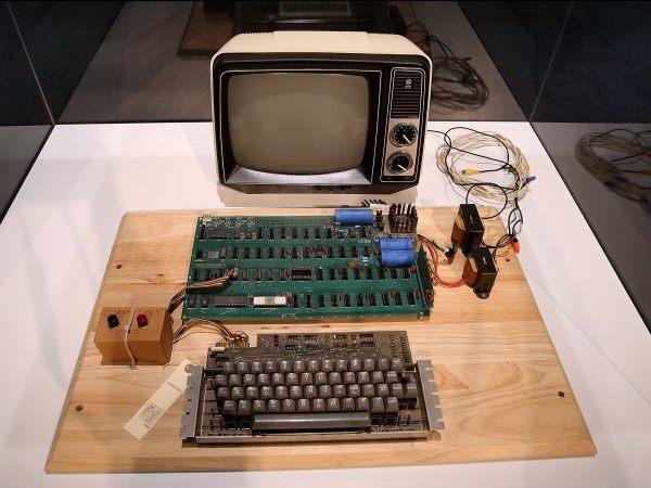 وزنیاک سخت افزار و سیستم عامل های کامپیوتر Apple 1 را در سال 1979 میلادی توسعه داد. این نسخه کمیاب از کامپیوترهای ساخته شده به دست او در سال 2013 میلادی به قیمتی بالغ بر 380 هزار دلار در مزایدهکریستی به فروش رفت.