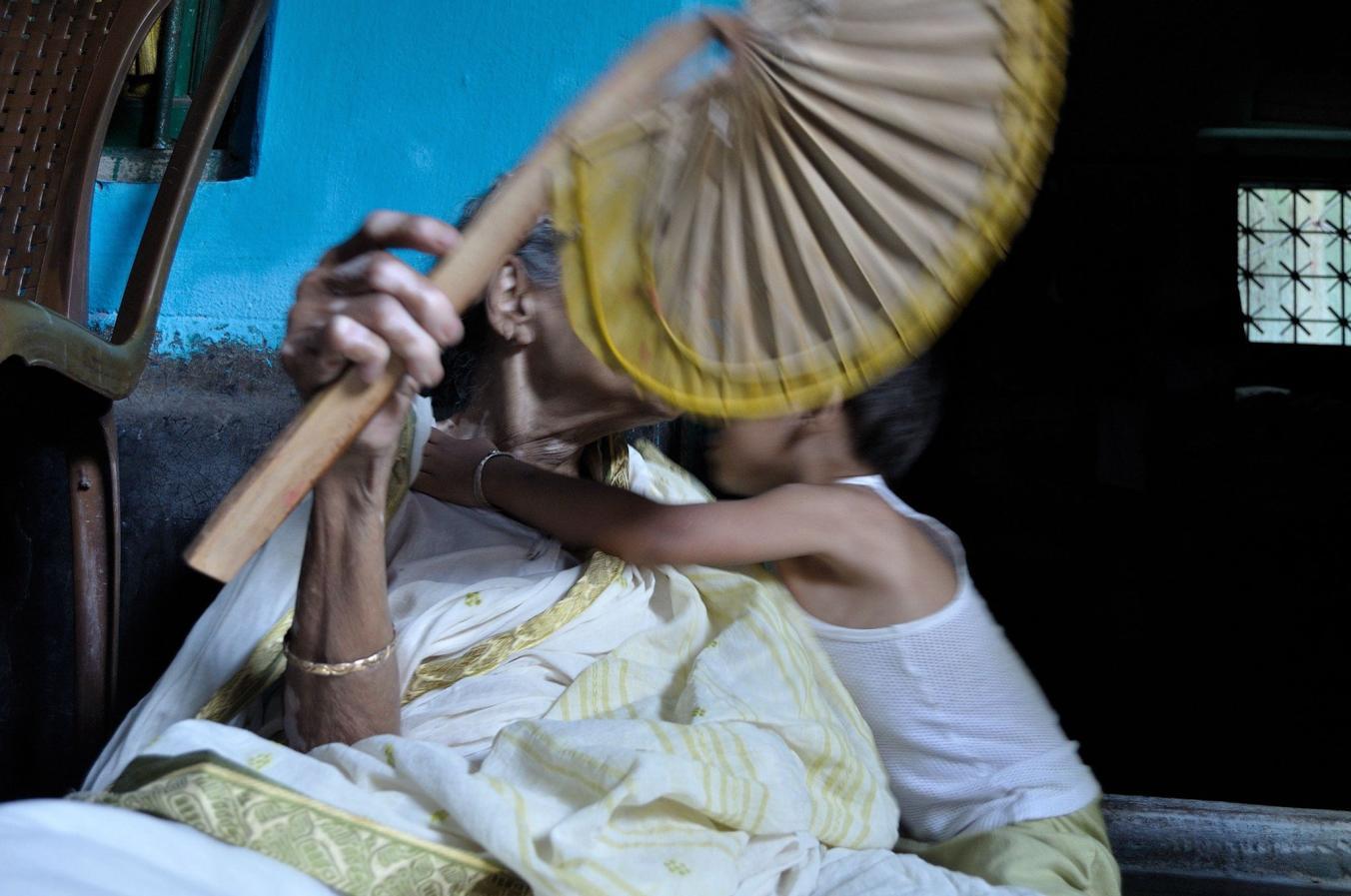 بسیاری از عکس های این مجموعه از هندوستان می آیند. جایی که یک چهارم از افراد به برق دسترسی ندارند. عکاس این عکس در مورد اثرش چنین می گوید: «زندگی بدون برق دنیای ساده تری را با خود به همراه می آورد. دنیایی که احساسات هنوز در آن جریان دارد.»