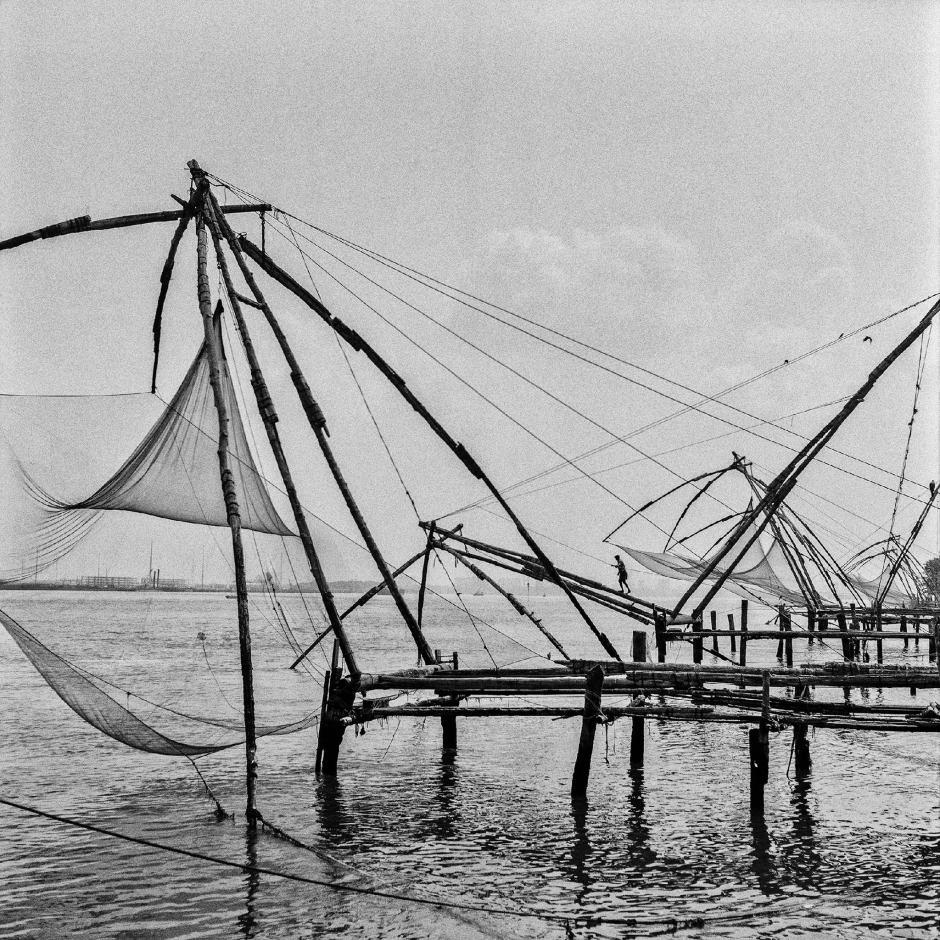 در این سیستم ماهی گیری تورها با استفاده از چوب درخت نارگیل و سنگ های سنگین، جابهجا می شوند و در دریا قرار می گیرند. به حال و هوای عکس خوب نگاه کنید، انگار همه چیز مربوط به صد ها سال پیش است.