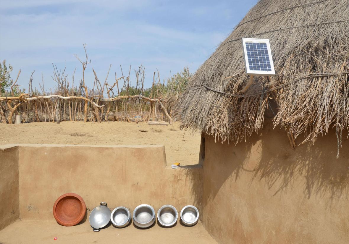 این تصویر مربوط ه یکی از شهر های جنوبی پاکستان می شود. جایی که مردم سعی می کنند از انرژی خورشیدی برق تولید کنند. عکاس می گوید آن ها از این طریق تلاش می کنند تا موبایل هایشان را شارژ نمایند.