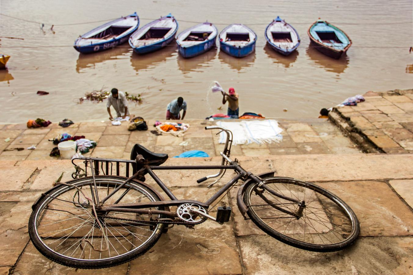 وقتی که برق نباشد، خبری از ماشین لباس شویی هم نخواهد بود. مردمان هند در حاشیه رودخانه گنگ به شست و شوی لباس های خود می پردازند.
