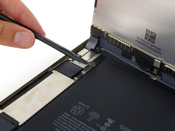 جداسازی صفحه نمایش از باقی بدنه و باتری به سادگی هر چه تمام تر به سرانجام می رسد که نکته ای بسیار مثبت به حساب می آید.