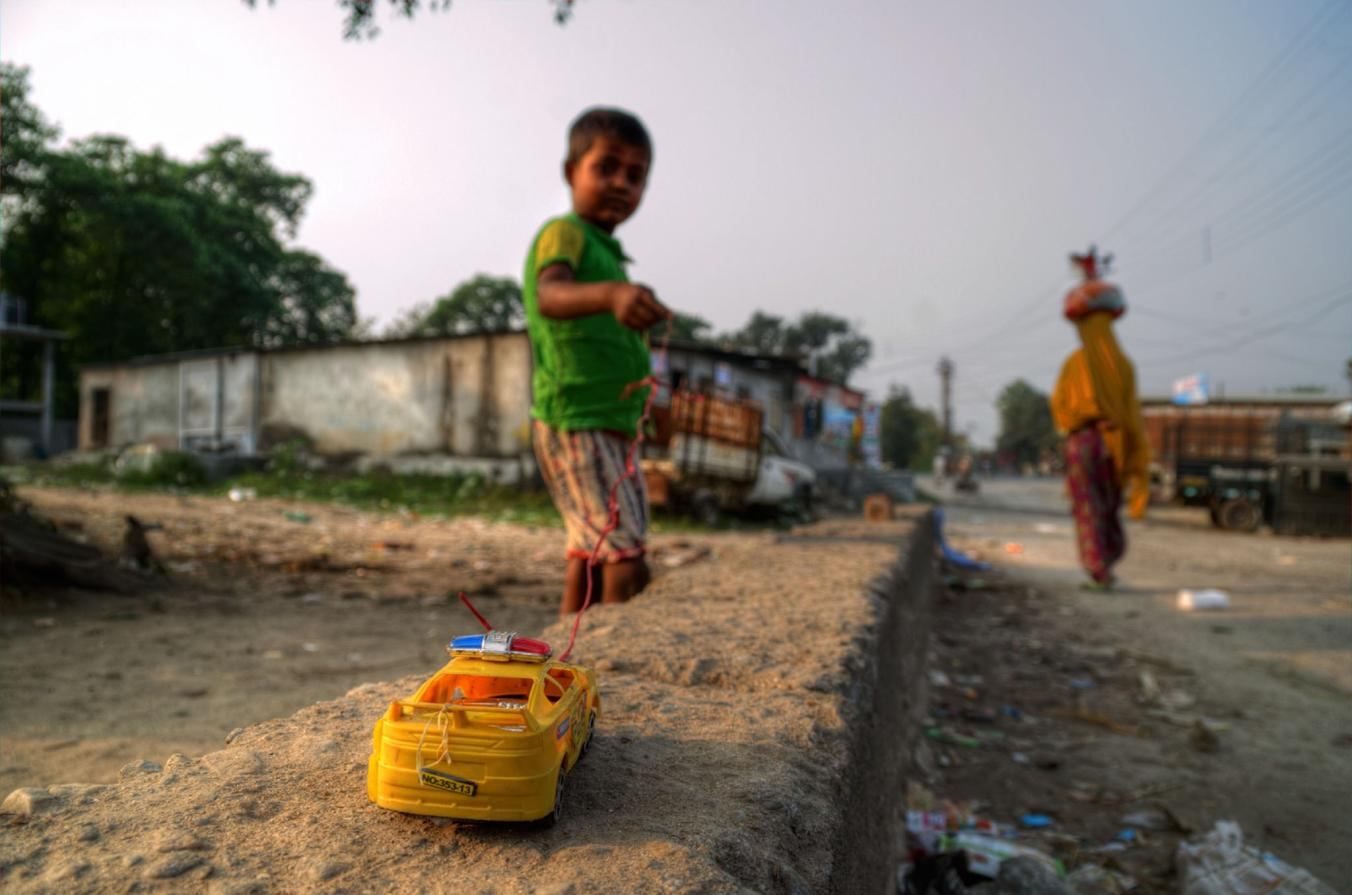 در شهر های هند، خبری از آسفالت، نید فور اسپید و یا سایر اپلیکیشن های بازی نیست. کودکان در دنیایی بسیار ساده تر بزرگ می شوند و تفریح می کنند.