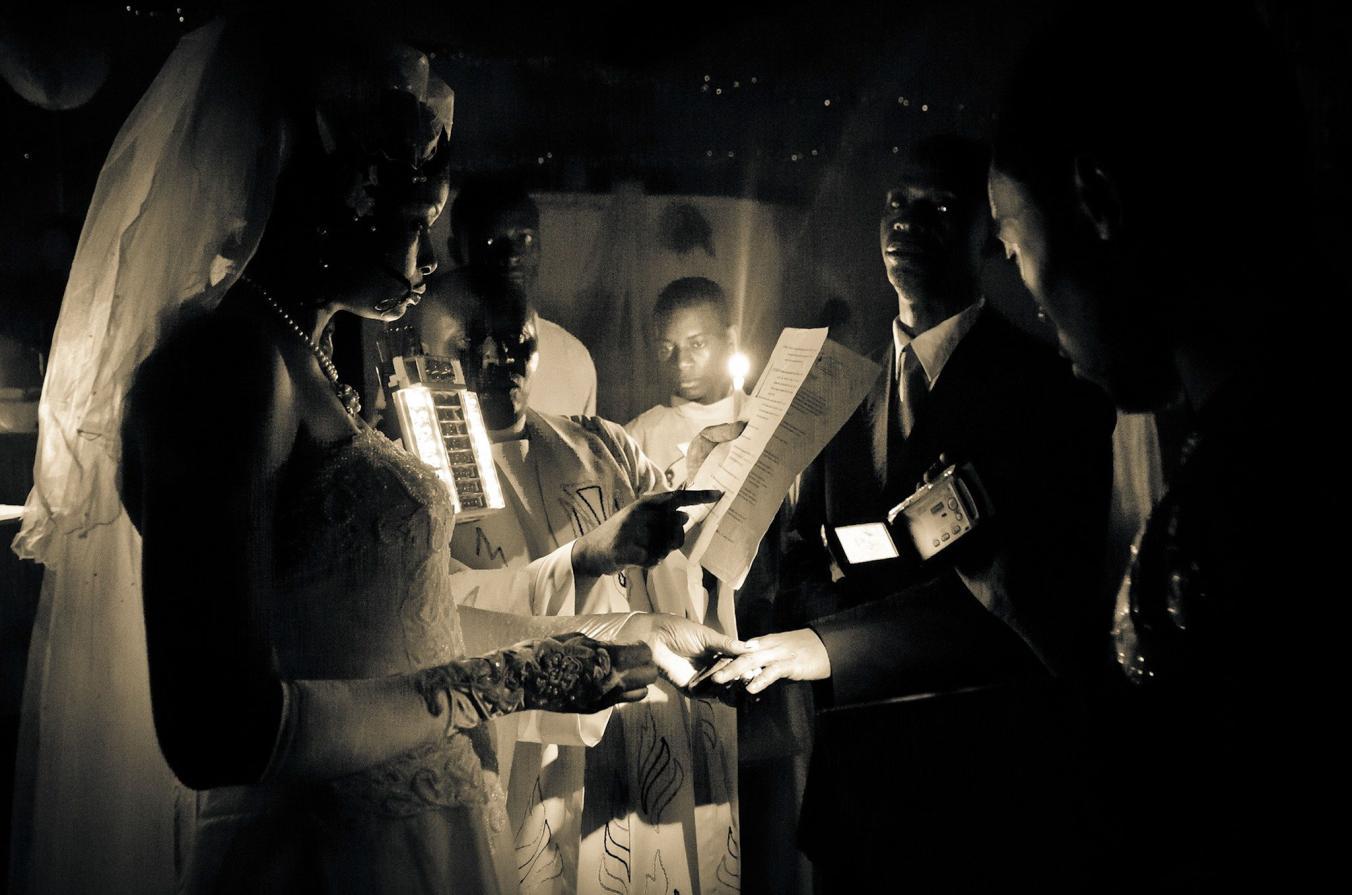 قطع و وصل شدن های مکرر برق در کشور کنگو امری عادی به شمار می رود. در این عکس مراسم عروسی در محیطی عجیب و تنها با نور یک شمع در حال برگزاری است.