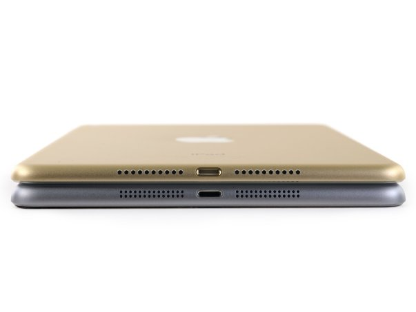 یک آیپد مینی جدید طلایی رنگ را در کنار نسخه ی خاکستری پیشین آن قرار داده ایم، در نگاه اول به نظر می رسد اپل در طراحی ظاهرینسخه چهارم تا حد زیادیتقریباً از همان روندی که برای آیپد ایر ۲ اتخاذ شدهبود پیروی کرده باشد.- ضخامت دستگاه به ۶.۱ میلیمتر رسیده و در قیاس با آیپد مینی سوم که ۷.۵ میلیمتر بود ۱۸٪ باریک تر شده.