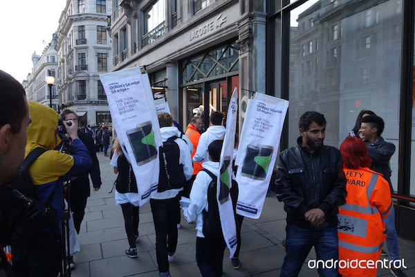 Samsung-employees-with-nbspThe-iTch-To-Switch-banners-outside-of-Apples-flagship-store-in-London (1)